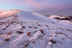 Le montagne dell'inverno abbelliscono con cielo blu nel giorno soleggiato dell'estate Immagini Stock Libere da Diritti