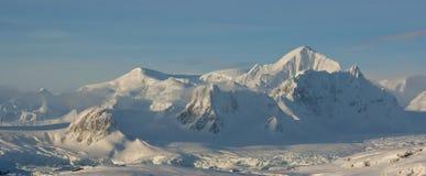 Le montagne dell'inverno antartico. Fotografie Stock