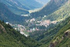 Le montagne della foresta del campo alloggia lontano Fotografie Stock Libere da Diritti