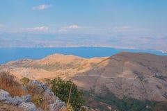 Le montagne della natura della Grecia costeggiano nel paesaggio del mare ionico sull'isola di Corfù Vista di paesaggio ad una bai fotografia stock libera da diritti