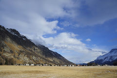 Le montagne della neve dell'inverno abbelliscono e la valle Sils Maria di Engadin nelle alpi svizzere Immagini Stock