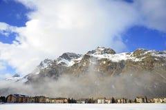 Le montagne della neve dell'inverno abbelliscono e la valle Sils Maria di Engadin nelle alpi svizzere Fotografie Stock