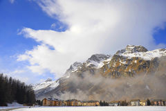 Le montagne della neve dell'inverno abbelliscono e la valle Sils Maria di Engadin nelle alpi svizzere Immagine Stock Libera da Diritti