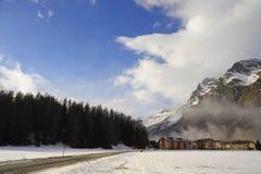 Le montagne della neve dell'inverno abbelliscono e la valle Sils Maria di Engadin nelle alpi svizzere Fotografia Stock