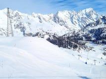 Le montagne della neve dell'inverno oscilla in alpi, nell'ascensore di sci e nel pendio Fotografia Stock