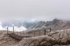 Le montagne delle alpi con nebbia in Baviera Fotografia Stock