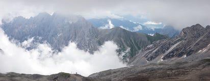 Le montagne delle alpi con nebbia in Baviera Fotografia Stock Libera da Diritti