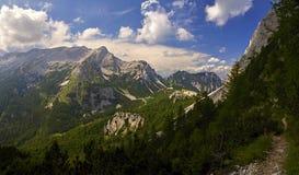 Le montagne delle alpi del passaggio del  del iÄ del ¡ della Slovenia VrÅ nella sera si accendono con le nuvole spante Fotografia Stock