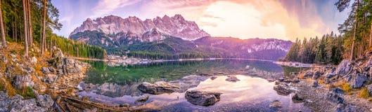 Le montagne delle alpi hanno riflesso in un lago al tramonto Fotografia Stock Libera da Diritti