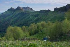 Le montagne di Caucaso sono un sistema di montagna in Asia ad ovest fra il Mar Nero ed il mar Caspio nella regione di Caucaso immagine stock