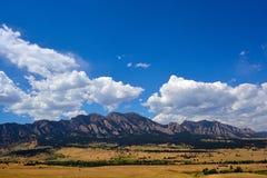 Le montagne di ferri da stiri a Boulder, Colorado su Sunny Summer D fotografia stock libera da diritti