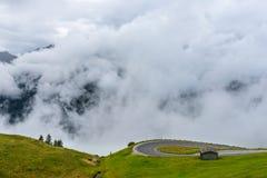 Le montagne di Grossglockner in tempo nebbioso Immagine Stock