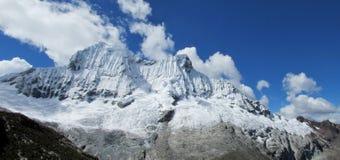 Le montagne di Huascaran si avvicinano al lago Laguna 69 Fotografia Stock