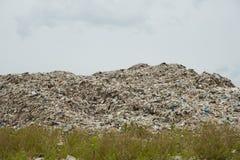 Le montagne di immondizia che gli esseri umani mangiano e lasciano sono accatastano su fotografie stock