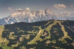 Le montagne di Leogang con l'estate idilliaca di Birnhorn dell'più alto picco abbelliscono le alpi Fotografie Stock Libere da Diritti