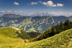 Le montagne di Leogang con l'estate idilliaca di Birnhorn dell'più alto picco abbelliscono le alpi Immagini Stock