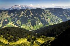 Le montagne di Leogang con l'estate idilliaca di Birnhorn dell'più alto picco abbelliscono le alpi Fotografie Stock
