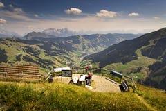 Le montagne di Leogang con l'estate idilliaca di Birnhorn dell'più alto picco abbelliscono le alpi Immagine Stock