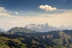 Le montagne di Leogang con l'estate idilliaca di Birnhorn dell'più alto picco abbelliscono le alpi Immagini Stock Libere da Diritti