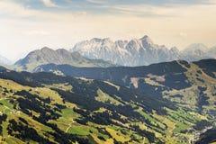 Le montagne di Leogang con l'estate idilliaca di Birnhorn dell'più alto picco abbelliscono le alpi Immagine Stock Libera da Diritti