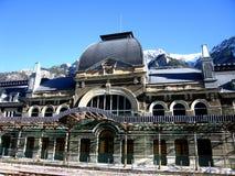 Le montagne di Pirenei dietro la stazione ferroviaria di Canfranc Fotografie Stock Libere da Diritti