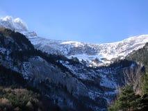 Le montagne di Pirenei vicino alla stazione ferroviaria di Canfranc Immagine Stock Libera da Diritti
