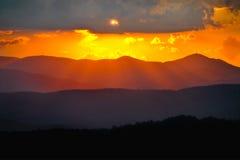 Le montagne di Ridge blu hanno messo a strati i raggi di tramonto Fotografia Stock Libera da Diritti