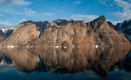 Le montagne e gli iceberg hanno riflesso in acqua calma, fiordo della O, Groenlandia fotografia stock libera da diritti
