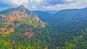 Le montagne e le foreste naturali sono abbondanti Immagine Stock