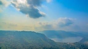 Le montagne e le foreste naturali sono abbondanti Immagini Stock