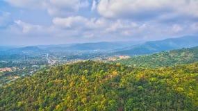 Le montagne e le foreste naturali sono abbondanti Immagini Stock Libere da Diritti