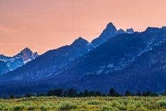 Le montagne e le piante lussureggianti nel tramonto fotografia stock libera da diritti