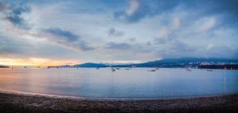 Le montagne e Stanley Park del nord della riva dai corredi tirano, a Vancouver, BC fotografia stock libera da diritti