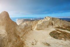 Le montagne e un mare abbelliscono con il cielo blu Mar Nero, Russia Bella vista della città immagine stock libera da diritti
