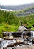 Le montagne e le valli sono coperte di nebbia in Glacier National Park fotografia stock libera da diritti