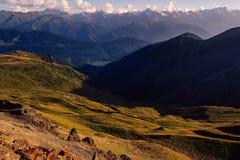 Le montagne ed i prati abbelliscono la vista nel parco nazionale di Svaneti, la Georgia Fotografia Stock Libera da Diritti