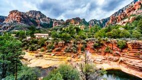 Le montagne ed il canyon variopinti dell'arenaria scolpiti da Oak Creek al parco di stato famoso della roccia dello scorrevole lu fotografia stock