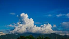 Le montagne ed il cielo fotografie stock
