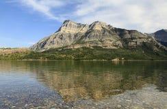 Le montagne ed il lago al parco provinciale di Waterton, Alberta, possono Immagine Stock