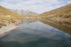 Le montagne ed il lago di autunno Immagini Stock