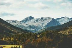 Le montagne ed il paesaggio della foresta in natura scandinava di vista aerea della Norvegia viaggiano Immagine Stock