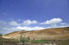 Le montagne fumose con recintano la priorità alta Montagne di Caucaso Azerbaigian Cielo blu Fotografia Stock