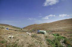 Le montagne fumose con recintano la priorità alta Montagne di Caucaso Azerbaigian Cielo blu Fotografie Stock