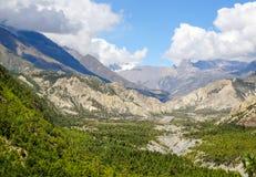 Le montagne grige taglienti fra i alpines con una neve hanno ricoperto il mountai Fotografia Stock Libera da Diritti
