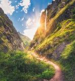 Le montagne hanno coperto l'erba verde, alta cascata al tramonto Fotografia Stock Libera da Diritti