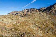 Le montagne, i picchi e gli alberi abbelliscono, ambiente naturale Alta strada alpina di Timmelsjoch Fotografia Stock