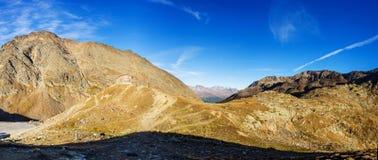 Le montagne, i picchi e gli alberi abbelliscono, ambiente naturale Alta strada alpina di Timmelsjoch Immagine Stock Libera da Diritti