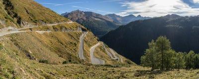 Le montagne, i picchi e gli alberi abbelliscono, ambiente naturale Alta strada alpina di Timmelsjoch Fotografie Stock