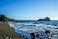 Le montagne incontrano la costa fotografia stock libera da diritti