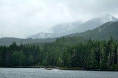 Le montagne nebbiose si avvicinano a Ketchikan, Alaska Immagini Stock